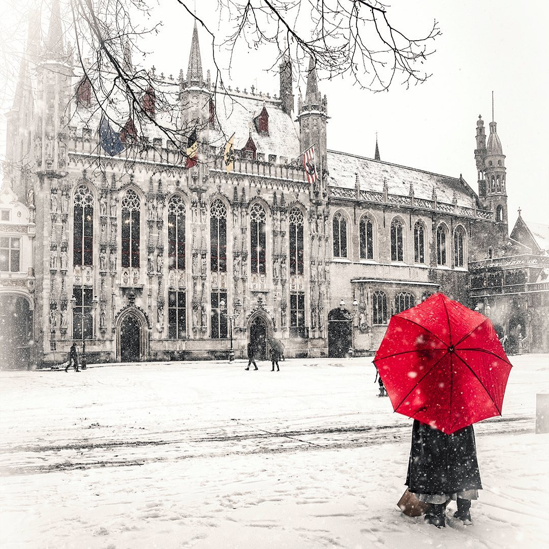 #MondayMotivation Having a blue Monday? Here is a snowy picture of Bruges to brighten up your day! 😉  📸: