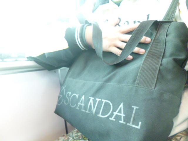 @scandal_band この4人が、音を楽しむ限り、これから先、身体が、よぼよぼになるまで、彼女たちの音楽からは、離れられないな!って、カッコいい事思ってるけど、完全に、寝過ごしてました。下り電車が、いつのまにか、上り電車になってた。このバッグは、黒だが、中には紫がつまってるのだ! #SCANDAL  #FeedBack