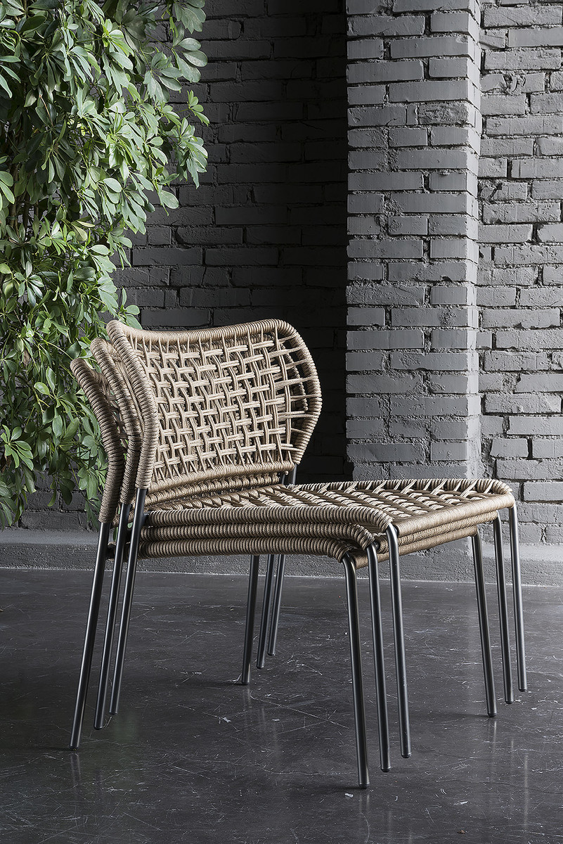 """Corda"" is a modern chair that can be used both indoors and outdoors. The painted steel structure is available in two colors, and is combined with the color of the rope, which forms the supporting structure of the seat and back. Click below.  https://t.co/K7KDbCJqWj"