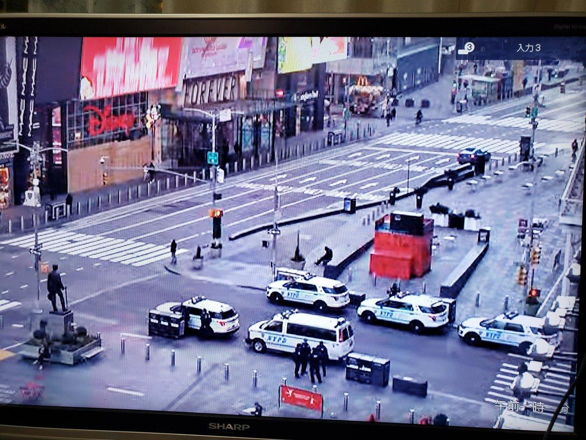 #TimesSquare の #live  をみながら  待機しています。  日本にいながら、現地の一部を感じながら。  #ポップコーン 映画を観るように話を聞かないといけないぐらい  な情報が公にでる予定です。  #緊急放送 #緊急インテル情報  #ニューヨーク #待機中 #アメリカ #時代の変わり目 #革命