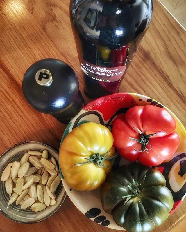 🌟 Salade de tomates anciennes, huile Viola de la région de Toscane en Italie, une pincée de poivre et nos noix de pili premium au sel rose de l'Himalaya @MountMayonfr  ! 🌟 Du soleil dans nos assiettes ! ..... #Credit #Photo 📷 : @bonnierdominique