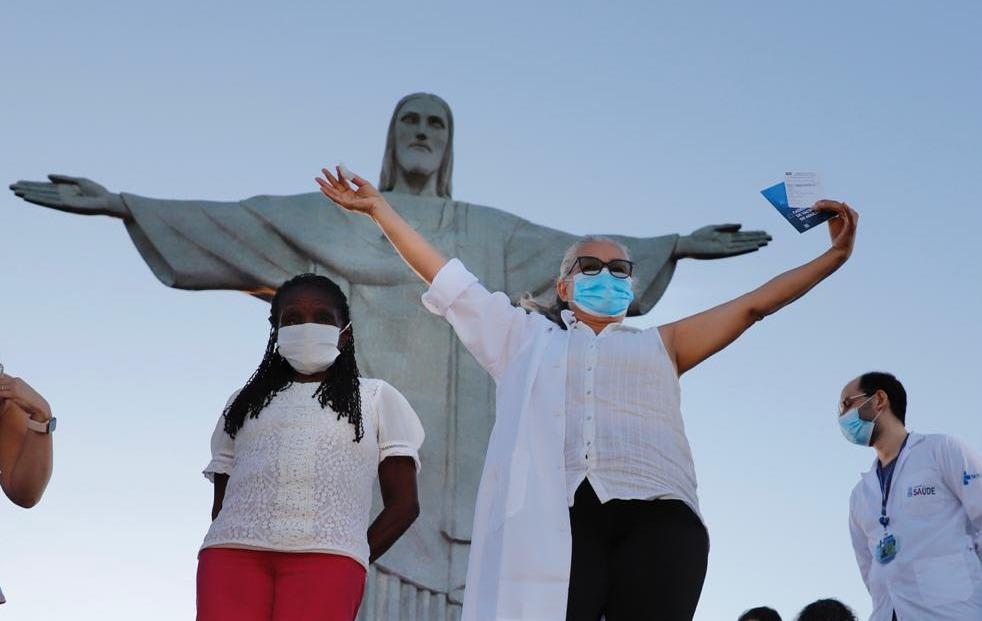 Começamos a vacinação com a benção do Cristo Redentor. Dulcinéia da Silva Lopes, de 59 anos, técnica de enfermagem do Hospital Municipal Ronaldo Gazolla, e a idosa Terezinha da Conceição, de 80 anos, foram as duas primeiras cariocas a receberem a vacina CoronaVac no Rio.