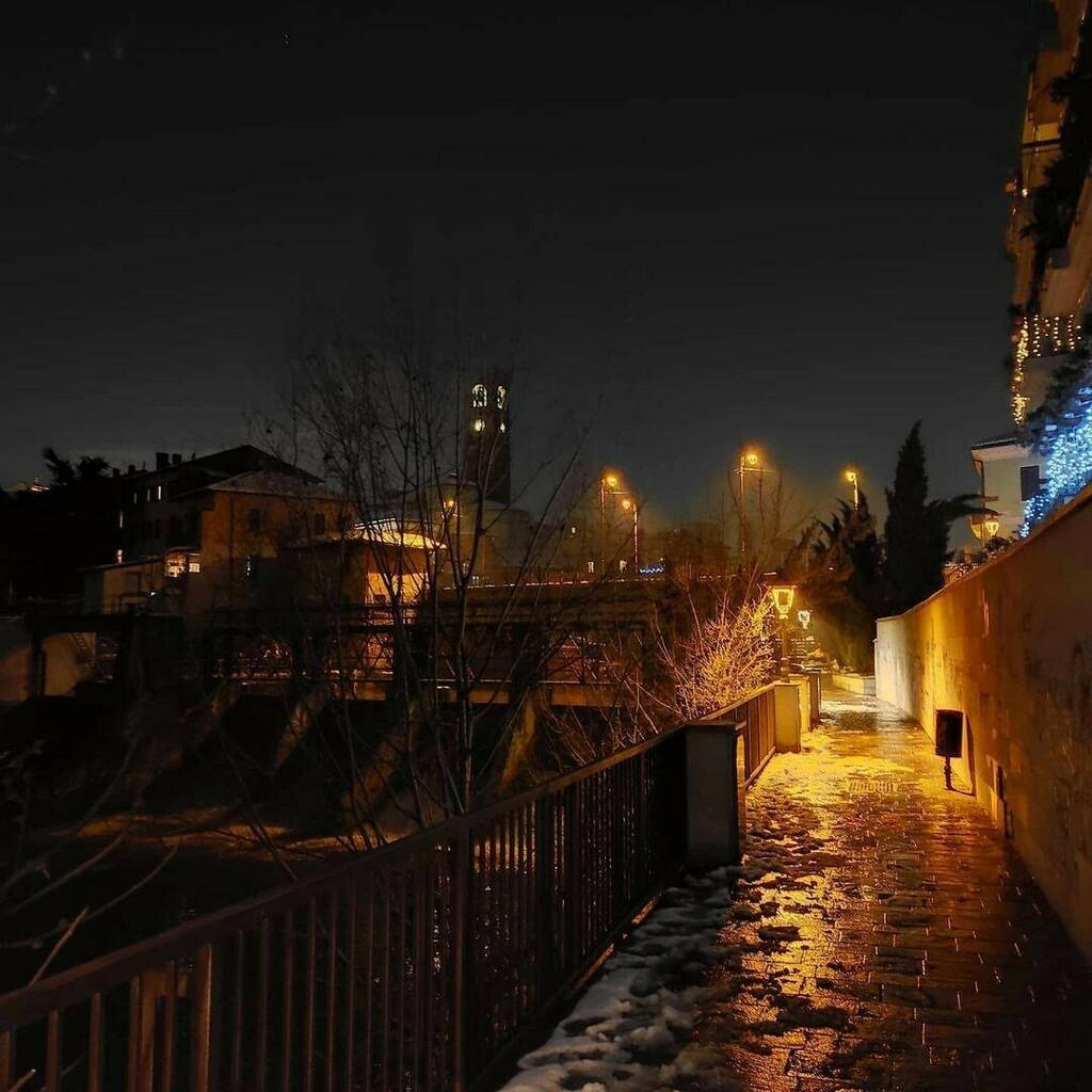 @fabio_fiumetrebbia Promenade . #happynewyear #goodbye2020 #hope #courage #happiness #wishes #winterlandscape #winterlights #streetstyle #streetphotographer #streetphotography #streetlights #landscape #landscapephotography #nightphotography #winterevenin…