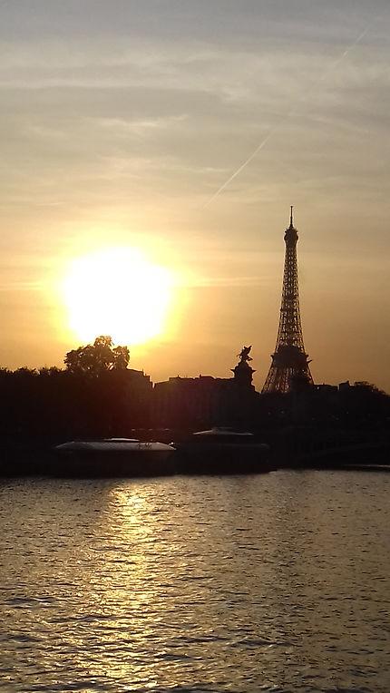 """#GoodNightEveryone  #Buonanotte  #bonnenuit 😘 #parisjetaime  #photooftheday  Tour-Eiffel : on m'a surnommée : """" La Tour-Eiffel, guitare 🎸 du ciel """" ( Huidobro )  😍😘 ☺🥰"""