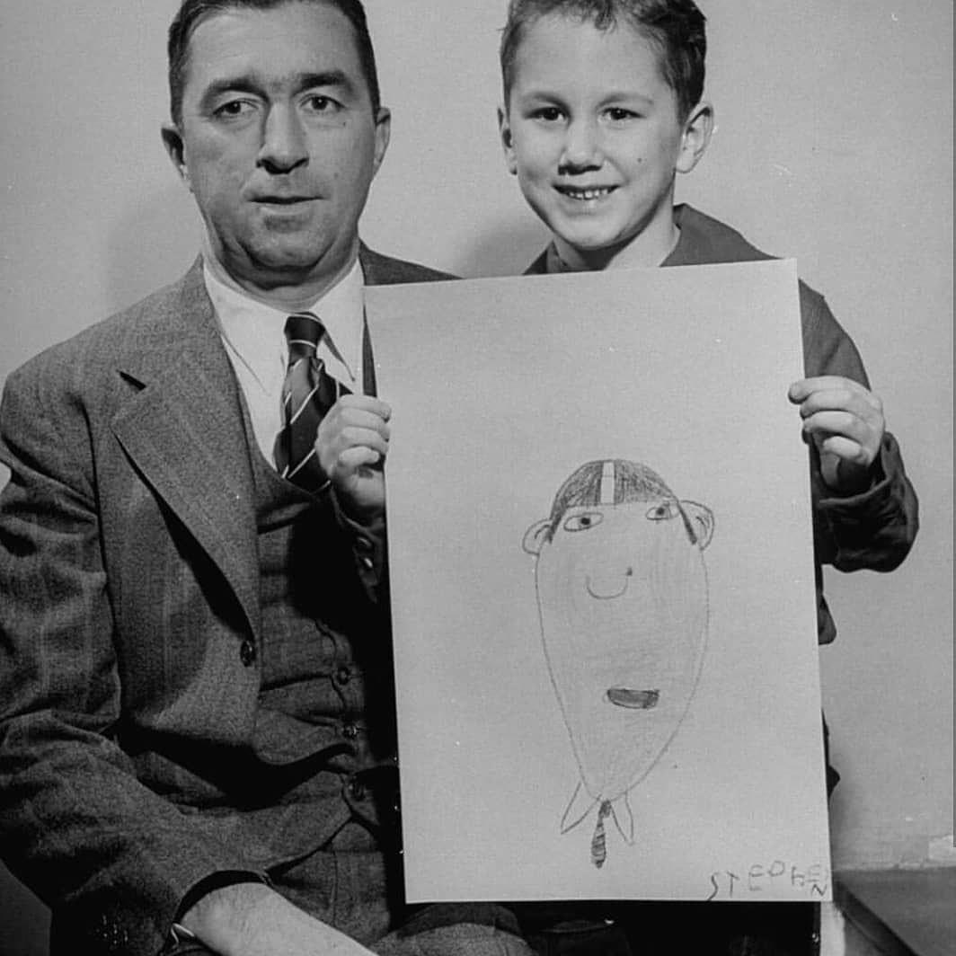 Crianças de uma escola primária após o desafio de desenhar o pai sem que ele estivesse presente.  No final da aula, os pais receberam suas obras de arte como presente de 'Dia dos Pais' e a comparação foi inevitável, 1949. ©LIFE https://t.co/v3x9FLOMsu