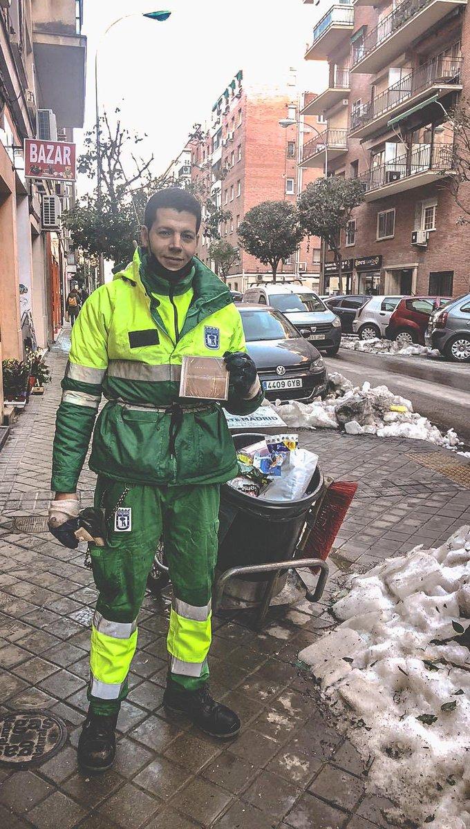 Gracias a todos los trabajadores de las calles de Madrid que nos están ayudando en nuestros barrios. Aquí Mohamed, de Marruecos, afincado en Madrid y #moebiano con su disco de Victoria. Gracias por el esfuerzo en #Filomenamadrid #MadridBajoLaNieve