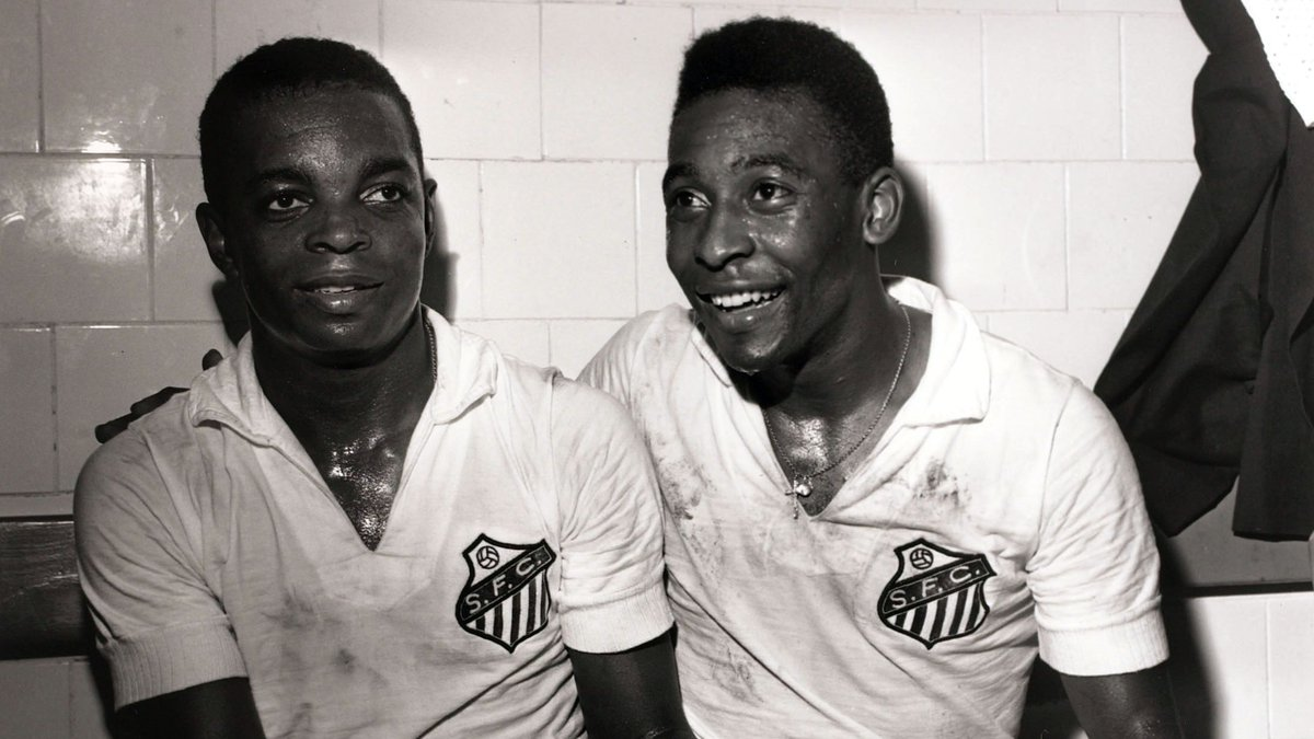 🔙 #OnThisDay in 1964, with @SantosFC 3-1 down, @Pele scored a hat-trick and then went in goal after Gilmar was sent off, pulling off two superb saves to secure a 4-3 win over Gremio and a Taca Brasil final place 🤍🖤  🤩 Another miraculous performance from a miracle machine 👑 https://t.co/aG6yq3ntaq