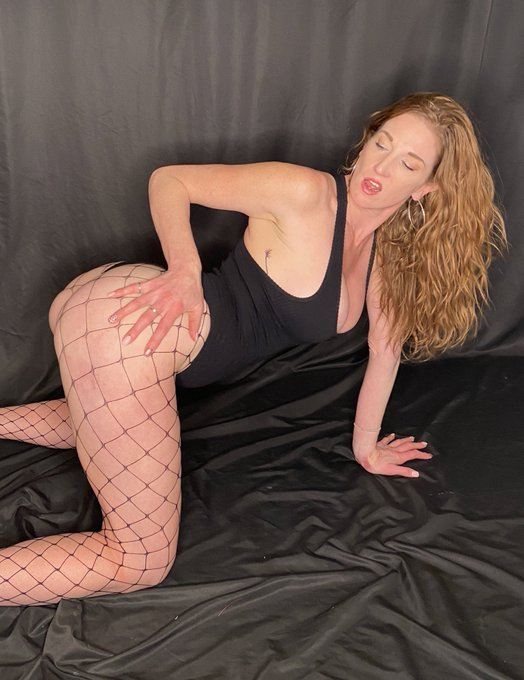 Happy Monday Twitter! Have a great night! https://t.co/gWRcJ17xhm #redhead #fishnets https://t.co/dL