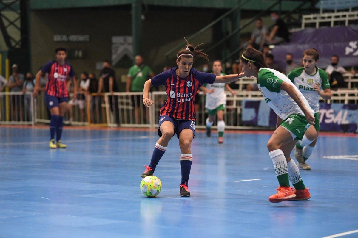 ⏰ ¡Fechas y horarios confirmados!  Este jueves, el Futsal de #SanLorenzo va en busca de una plaza para la Copa Libertadores 🏆  Femenino: 🆚 Ferro, a las 19.15, en Villa Modelo.  Masculino: 🆚 Boca Juniors, a las 21.30, en Ferro.   #VamosCiclón 🔵💪🔴