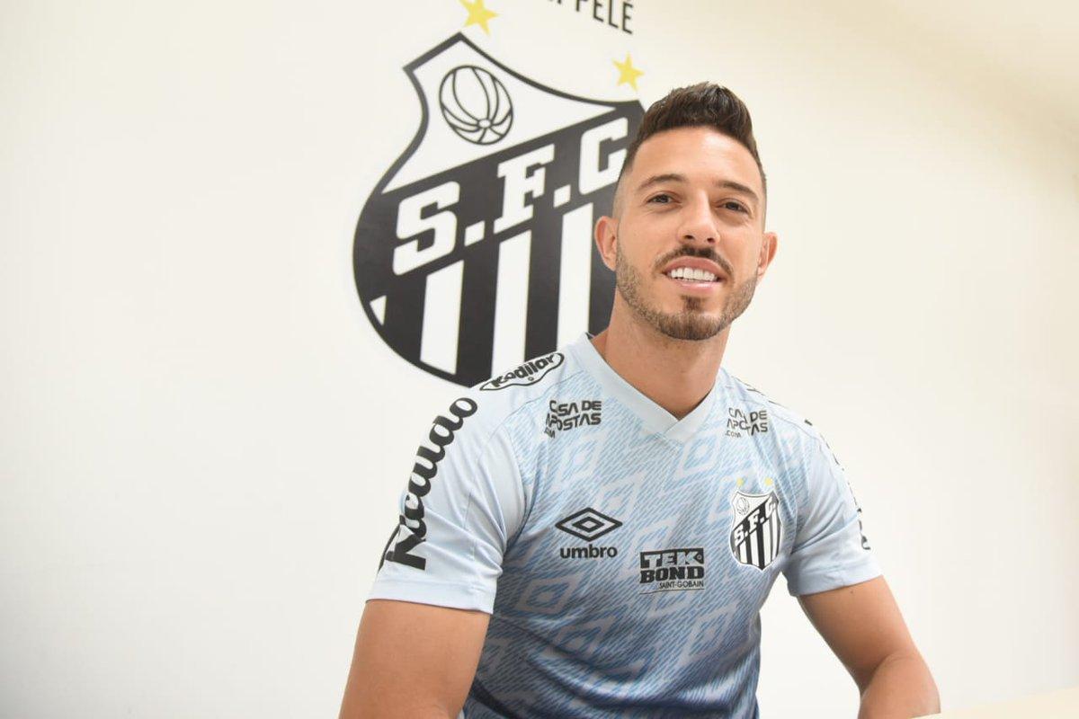 """""""É um sonho realizado. Cheguei aqui no Santos FC em 2016, assinei contrato por quatro anos, mas jamais imaginei continuar tanto tempo vestindo essa camisa imensa e agora alcançar essa marca de 200 jogos. Só tenho que agradecer por tudo que acontece na minha vida."""""""