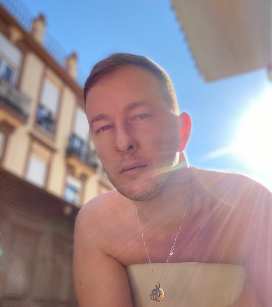 Lunes al Sol Martes en flor...  Al Lunes más triste del año con la mejor cara y buena onda al Solecito de Valencia  #blueMonday #Valencia #Sol #Sun #piernas #leg #legday #legs #foot #foots #NoFilter 💅🏻