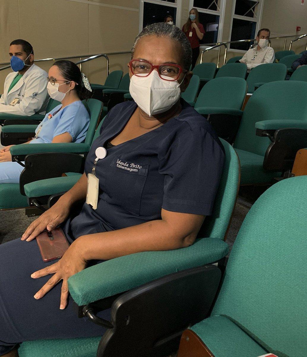 Dona Iolanda, mulher negra e técnica de enfermagem, foi a primeira a ser vacinada contra a #Covid19, no Espírito Santo. Momento histórico registrado por @DanielMarcal_, do Movimento Online! #VacinaJa #VacinaParaTodos