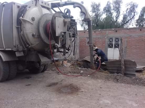 #SAMA, a través de la Subsecretaría de Agua, continúa trabajando de forma coordinada con municipios, realizando limpieza y desazolve vactor de drenajes, ahora en las comunidades Jaulas de Abajo, Del Sitio, Santa Elena, y el hospital del municipio de #Pinos. #SeguimosCumpliendo.