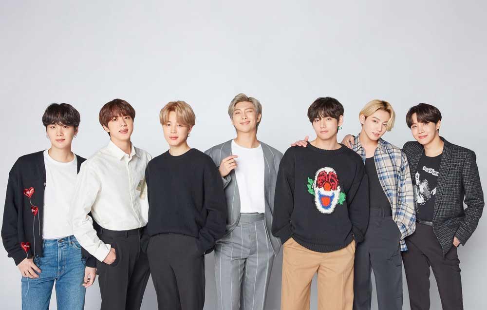 """[💜]  Dari bakat mereka yang luar biasa, BTS muncul sebagai band terbesar di dunia karena musik mereka yang bermakna dan membangkitkan semangat yang membawa harapan dan dorongan bagi para penggemar terutama di saat-saat paling suram, """"kata Presiden & CEO @LiveSmart https://t.co/XnsNwMVfvx"""