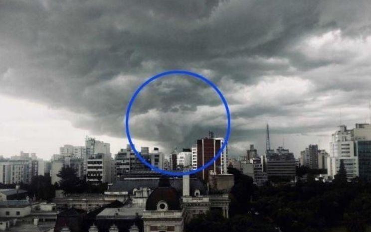 'Silueta' de #Maradona se 'manifiesta' durante tormenta en #Argentina