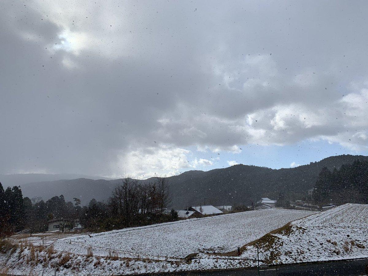 あまりわからないかもだけど、雪すごい降ってきた☃️ https://t.co/GshaAftEIW