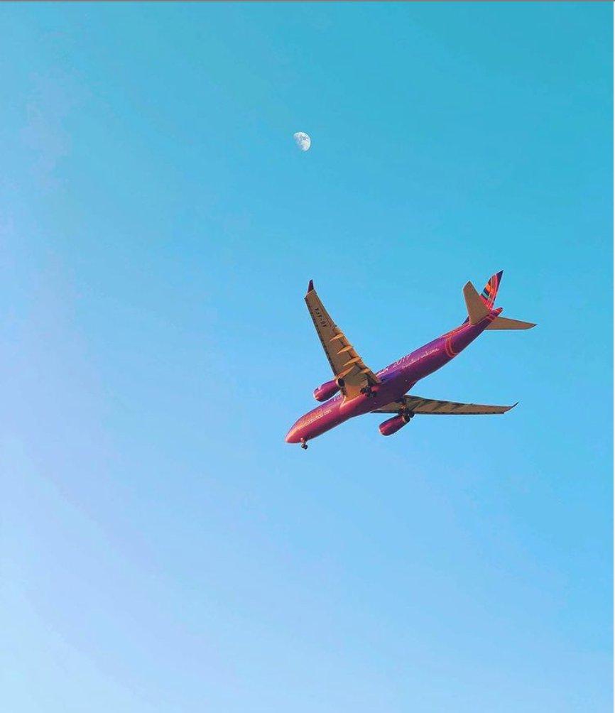 Repost: @7field.jpg ✈️ - #edit #explore #اكسبلور_explore #uae #abudhabi #ابوظبي #الامارات #alain #dubai #vibes #sunset #photography #shotoniphone #road #sea #street #mountains #sand #yemen #sunset #warm #bulb #featival #الحديريات #airplane #plane #fly #clear
