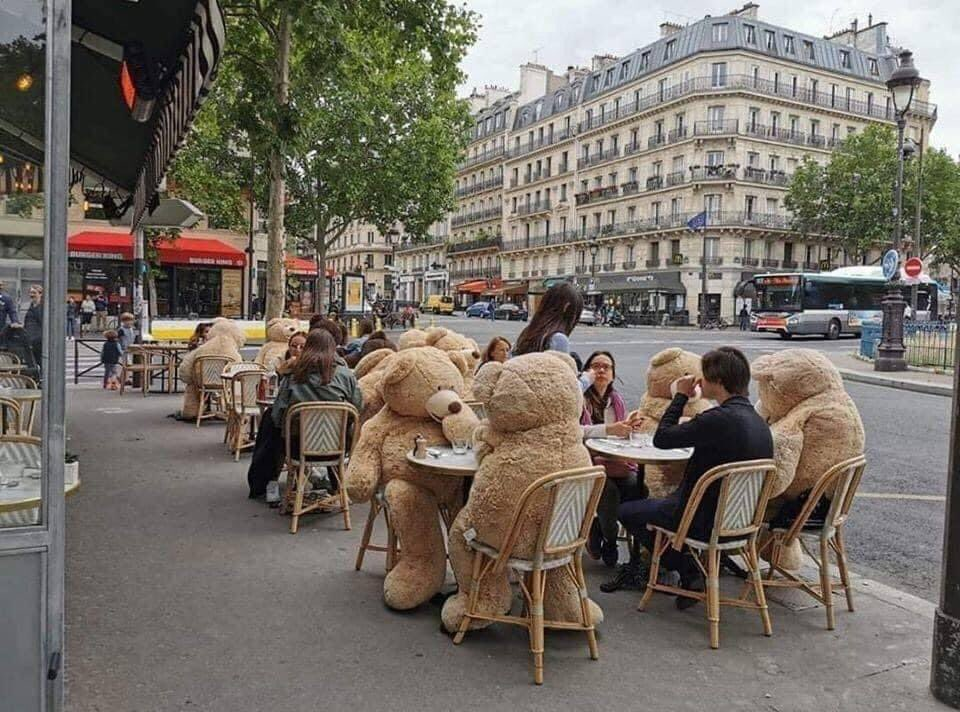 Good idea to respect distance between people ....... that's what we say creativity 😉😉  Well done #paris