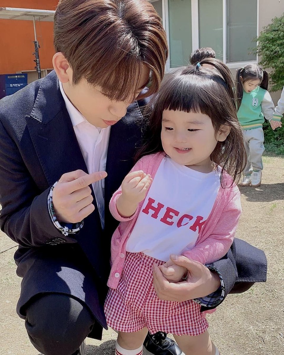 jinyoung and bambam teaching kids how to do the finger heart 🥺💗