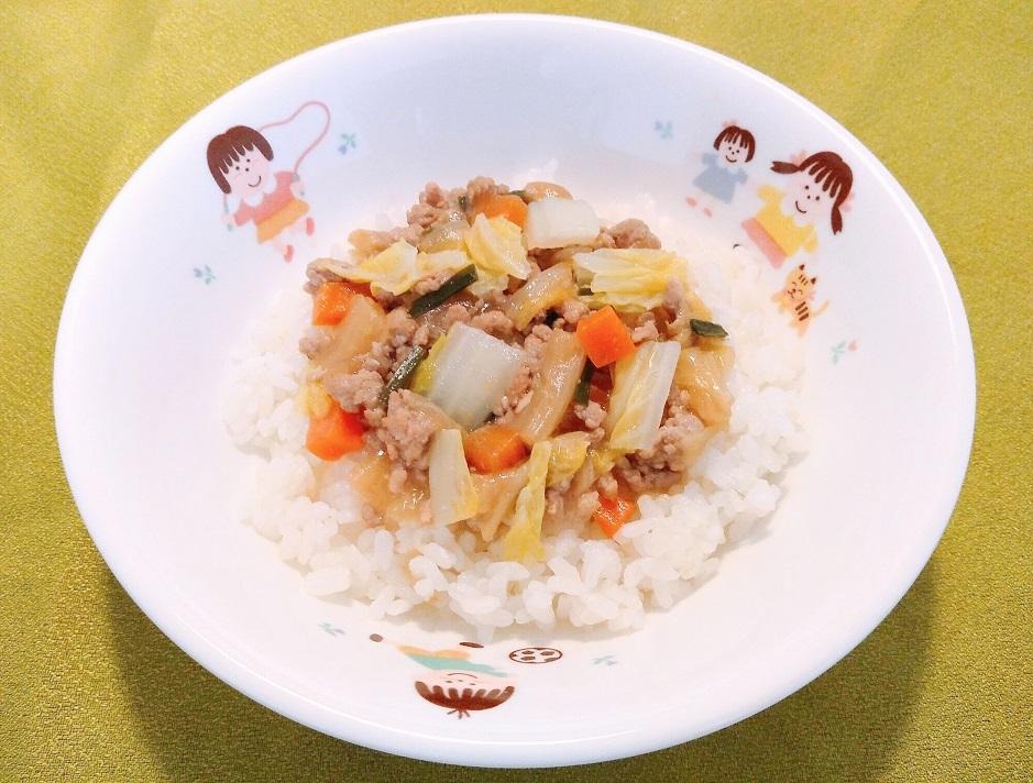 区立保育園では「毎月19日は食育・やさいの日」として旬の野菜を献立に取り入れ、子どもたちが食や野菜に関心をもてるような食育に取り組んでいます。本日の給食は「マーボー白菜丼」です。 給食の味を家庭でも簡単に作れるレシピを紹介します。レシピ→