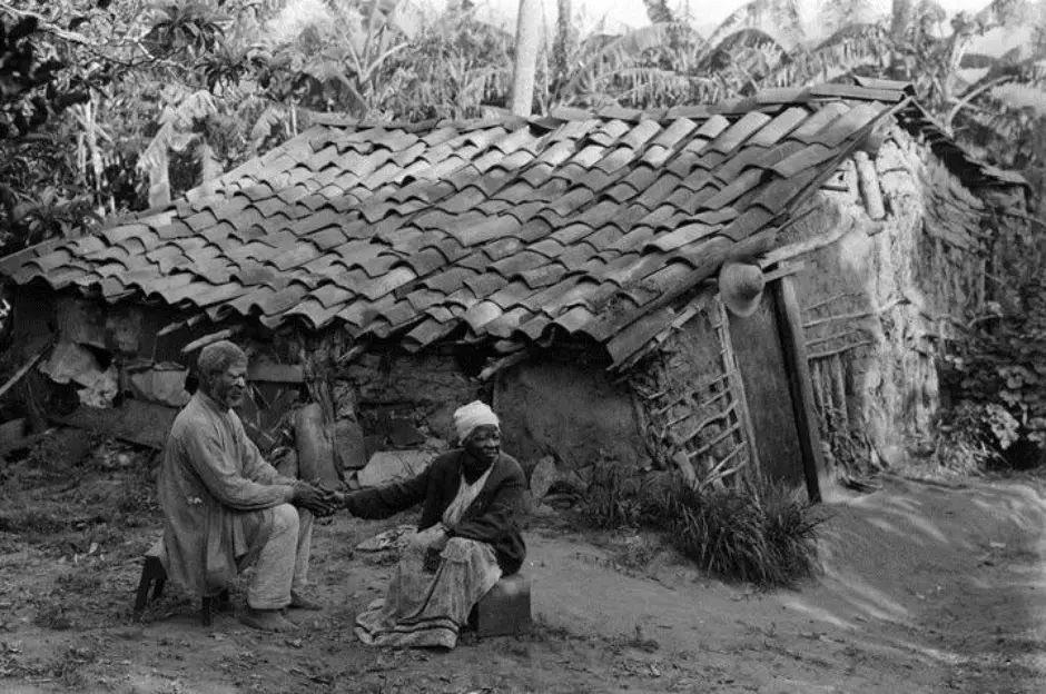 Casal de ex-escravos em frente ao seu barraco, em Porto Alegre, em 1900. A foto fala por si sobre a situação precária que vivia a população liberta. ©Acervo do Museu de Porto Alegre Joaquim Felizardo https://t.co/HqFM8tLh0k