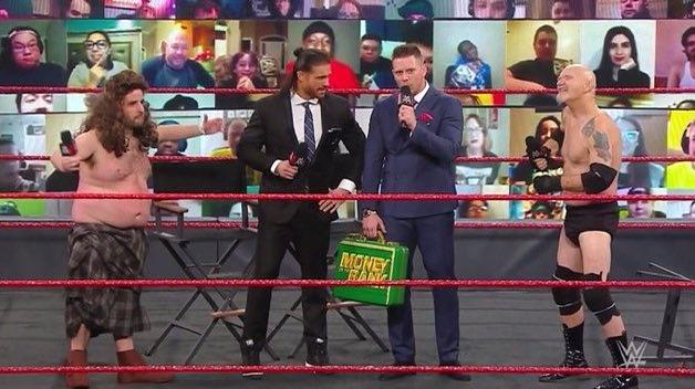 """¡Gillberg! regresa a WWE y es confrontado por una mala imitación de Drew Mcintyre. Sin dudas, Miz & Morrison se burlaron de este combate en The Dirt Sheet.   """"Im NEXT"""" -The Miz planea canjear su maletín en #RoyalRumble  #TheMiz #MITB #WWERaw #wwe #wrestling"""