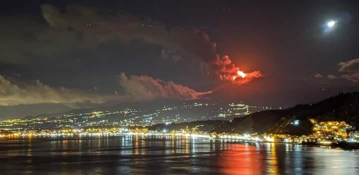 #EXTRAS #ITALIA   18.01.2021 #Erupción del #volcán #Etna  Desde el crater sureste desciende flujo de lava sobre las laderas .