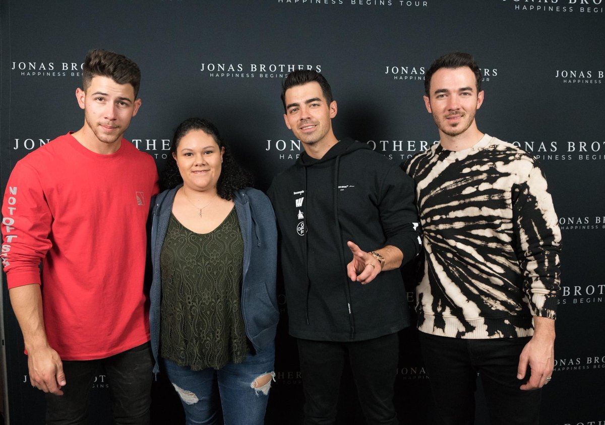 Who remembers when we could be this close to the @jonasbrothers!? 😭✋🏼 #happinessbeginstour #jonasbrothers #mng