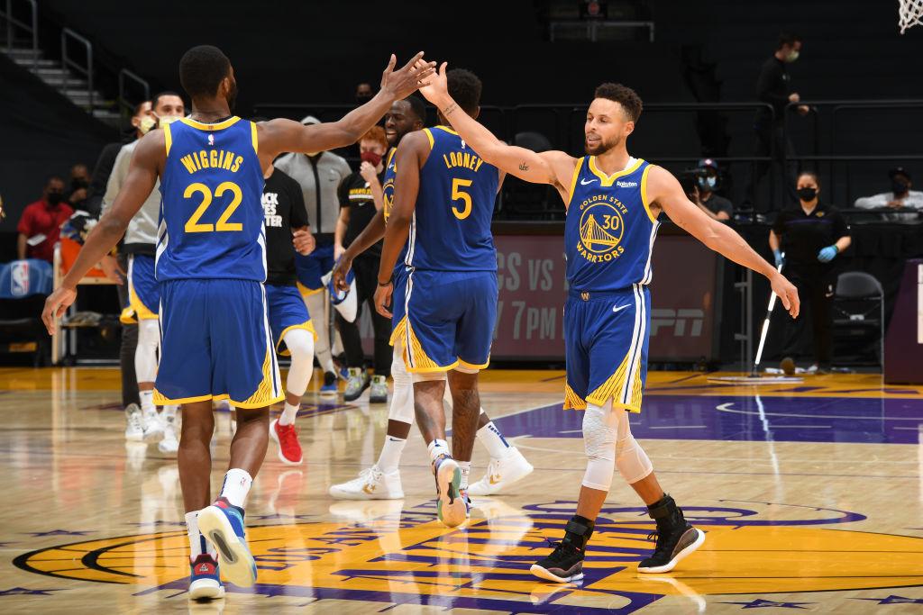 #LakeShow vs. #DubNation | Le résumé du match 🎥   Stephen Curry score 19 de ses 26 PTS en 2de mi-temps. Kelly Oubre Jr.: 23 PTS, 2 STL, 2 BLK Eric Paschall: 19 PTS (8-11 FGM) Dennis Schroder: 25 PTS  Auteurs d'un comeback de 19 points, les @Warriors l'emportent! #MLKDay