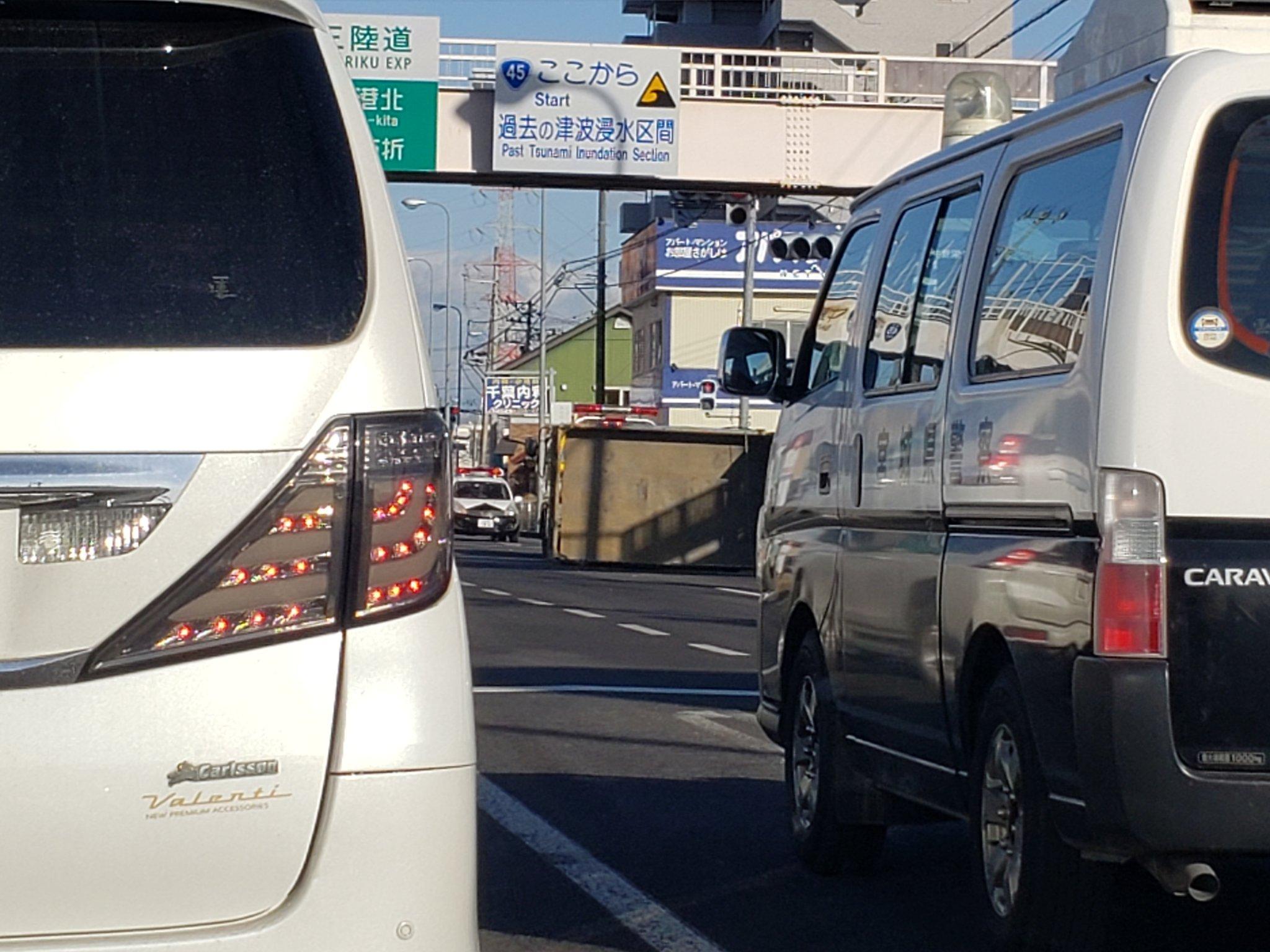 画像,R45でトラックが電柱なぎ倒して横転してる… https://t.co/aIMxJ6ci5O。