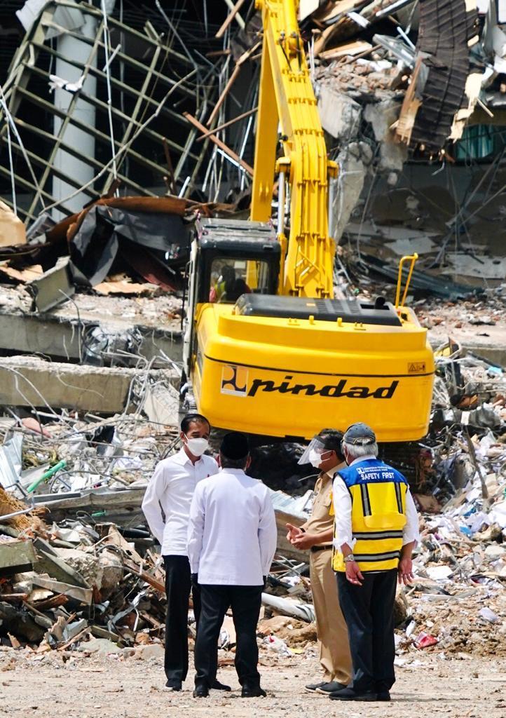 Sebagian bangunan kantor gubernur Sulawesi Barat di Mamuju yang rusak setelah diguncang gempa 15 Januari lalu.   Penanganan dampak bencana ini sedang berjalan yang melibatkan segenap pihak, dari pemerintah daerah, pemerintah pusat, swasta, perguruan tinggi, juga para sukarelawan.