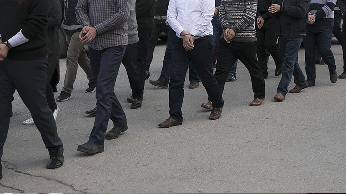 Son Dakika İzmir merkezli 59 ilde FETÖ'ye dev operasyon!  218'i muvazzaf asker olan 238 FETÖ'cü hakkında gözaltı kararı verildi https://t.co/l1vmWj1Q09