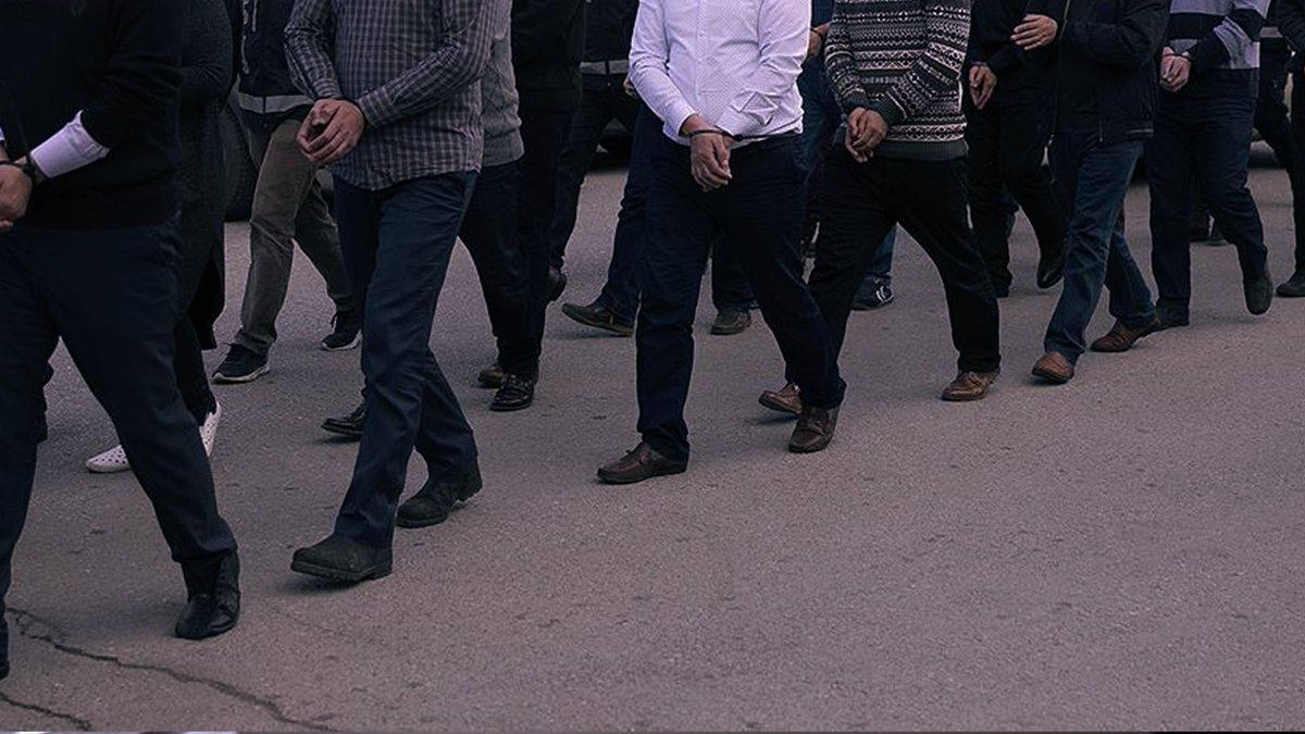 Son Dakika İzmir merkezli 59 ilde FETÖ'ye dev operasyon!  218'i muvazzaf asker olan 238 FETÖ'cü hakkında gözaltı kararı verildi https://t.co/uu5ODNmx0y