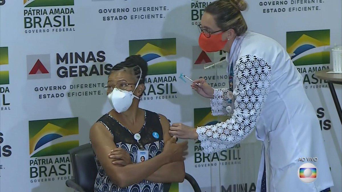 Após atraso, Minas Gerais recebe vacinas contra a Covid-19 e inicia imunização. A primeira pessoa imunizada no estado foi a técnica de enfermagem, Maria do Bonsuceso, que trabalha há 10 anos em um hospital referência no tratamento de Covid em MG.  #JG