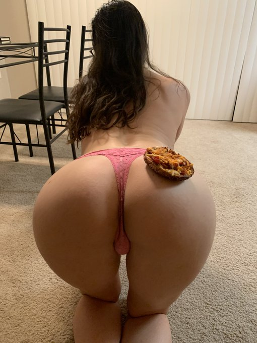 3 pic. DINNER IS SERVED MY BELOVEDS. A lil pizza and a big booty😹 https://t.co/WPn8JXUtrX