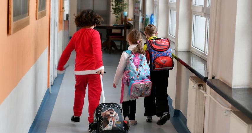 Eksperci: wirus powinien hamować mimo powrotu dzieci do szkół https://t.co/VEJQIsNzem https://t.co/FuJwnON8na