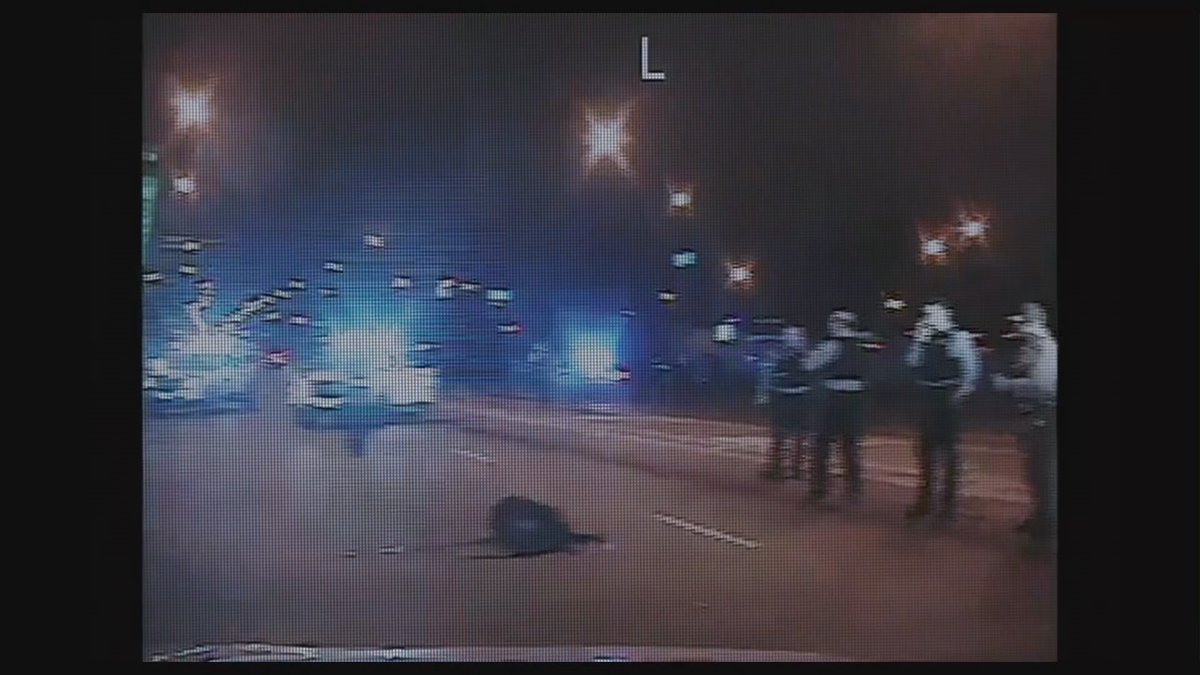 """⌛ Ara comença, a @tv3cat, """"16 trets""""   L'assassinat a mans de la policia de #LaquanMcDonald va desencadenar un judici que va posar de manifest les pràctiques d'abús del Departament de Policia de Chicago  📲 Comenta'l  👉 #AbúsPoliciaEUATV3  Segueix-lo ▶️"""
