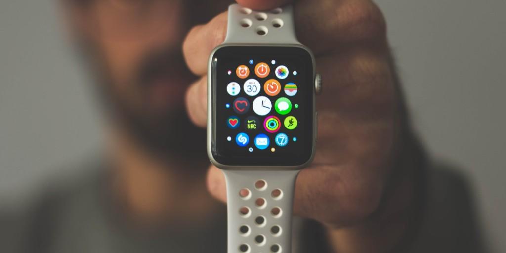 أظهرت دراسة جديدة أن ساعة #أبل، وغيرها من الأجهزة يمكنها اكتشاف فيروس #كورونا قبل أن يكون لدى مرتديها دليل على الإصابة.  وأصبحت الساعات الذكية فعالة كأجهزة لمراقبة الصحة، مع أحدث الموديلات التي تقدم مقاييس مثل قياس مستوى الأكسجين في الدم