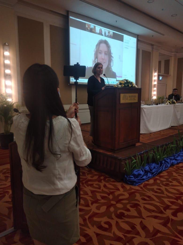 Kledingmerken en hun leveranciers komen bij elkaar om te praten over #vakbondsvrijheid in #Cambodia. Twee keer uitgesteld door Corona maar nu toch gelukt! Georganiseerd door @CNV_Internat en @fairwear_org. Met steun van @DutchMFA. Digitaal was ik er toch een beetje bij 😄