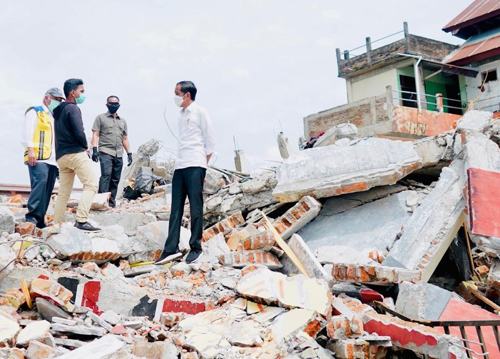 Berbincang dengan sdr. Taufik di atas reruntuhan rumahnya di Mamuju, Sulbar, yang rusak oleh gempa bumi Jumat lalu.  Pemerintah pusat akan memberikan bantuan perbaikan rumah warga yang mengalami kerusakan. Nilai bantuan 10 sampai 50 juta rupiah, tergantung tingkat kerusakan.