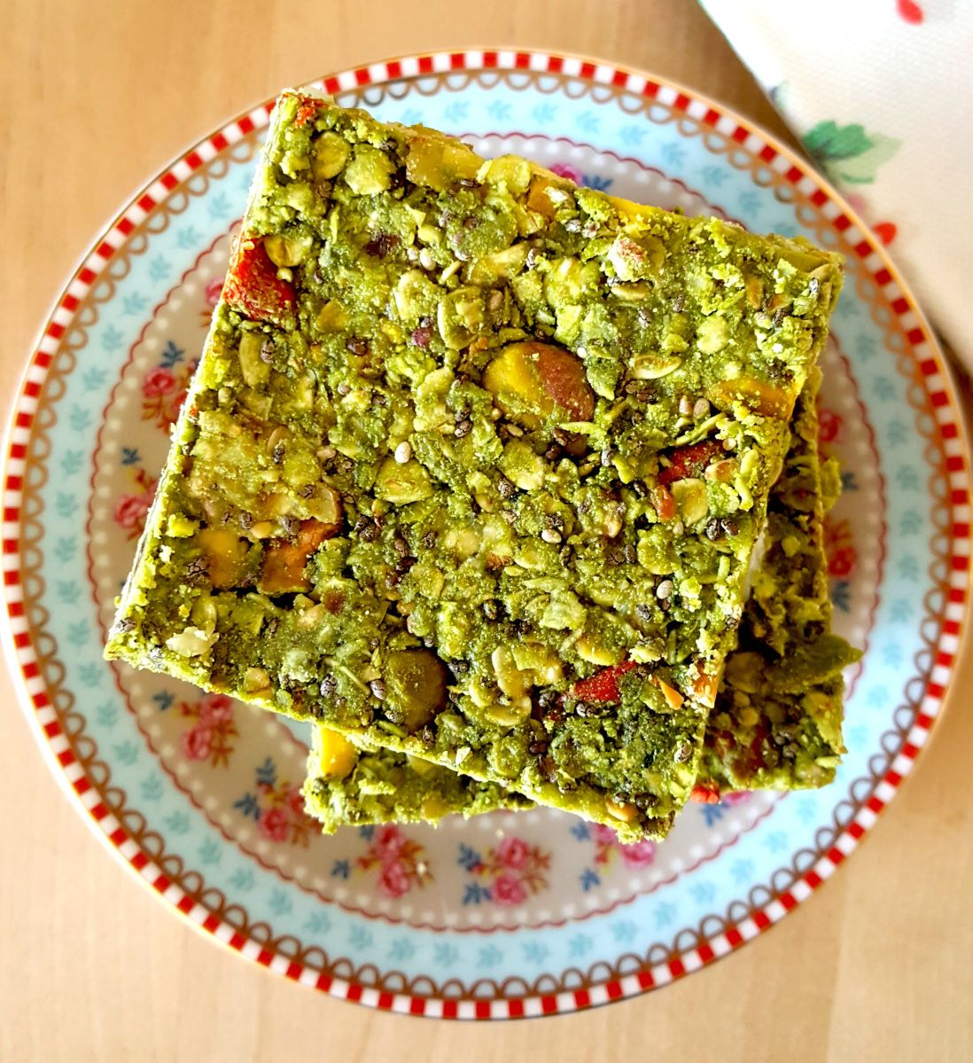 Have you tried green tea in these raw oat bars? Delicious and no bake!  #chia #EatWellLiveWell #HealthyFood #HealthyConsciousLiving #yummy #food #greentea #matcha  #recipeblogger