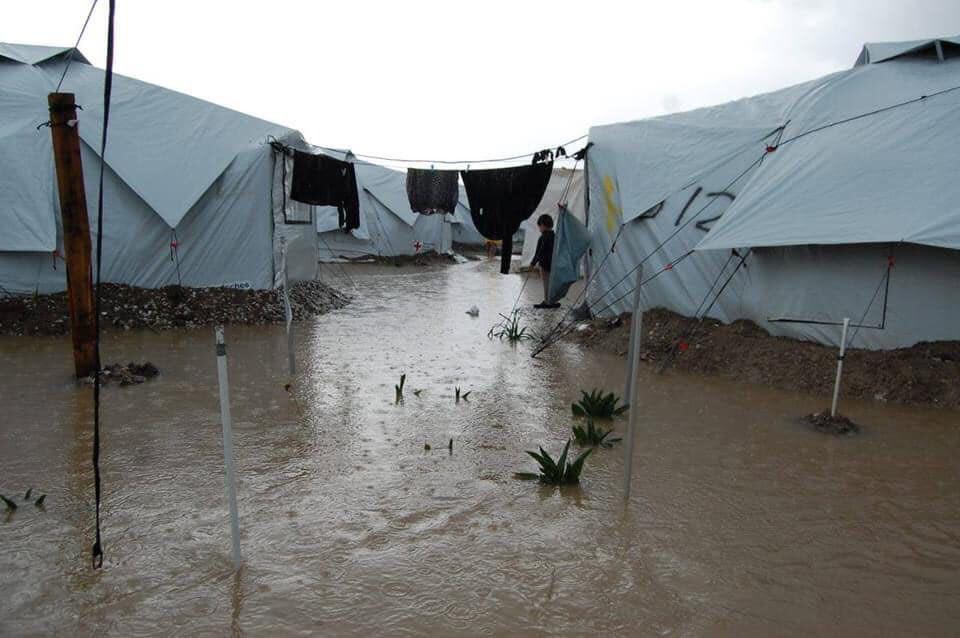 Εικόνα 1. Πλημμυρισμένο προσφυγικό στρατόπεδο στη Λέσβο (πηγή: https://twitter.com/maledictus/status/1351452684444987392/photo/1 )