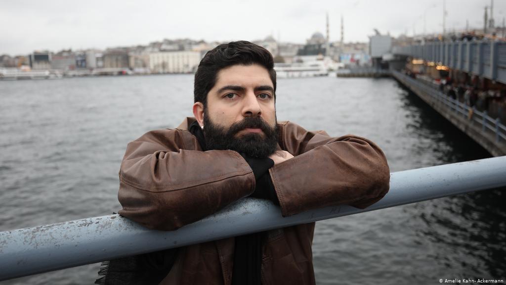 Bu arada güzel haberleri kaçırmayalım.  Almanya'da her sene çağdaş bestecilere verilen Hindemith Ödülü'ne, bu yıl, İstanbul'da yaşayan kompozitör Mithatcan Öcal layık görüldü. Jürinin müziğindeki derinliği, olgunluğu ve çeşitliliğini övdüğü Öcal ile gurur duyduk, tebrikler.