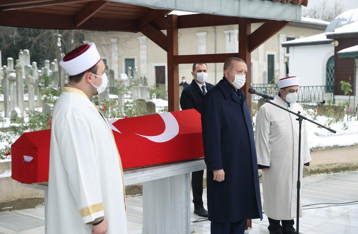 Cumhurbaşkanı @RTErdogan, Türkiye'nin önde gelen sosyal bilimcilerinden Sosyolog Prof. Dr. Nur Vergin'in İstanbul Merkez Efendi Camisi'nde düzenlenen cenaze törenine katıldı.