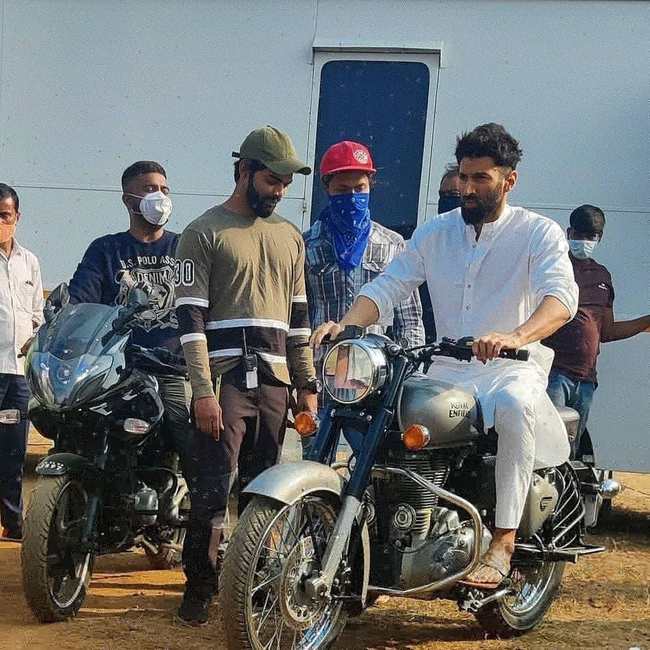 [New] - #AdityaRoyKapur snapped on sets OM 🎥🕉️ The battle within Bike 🚲 ride