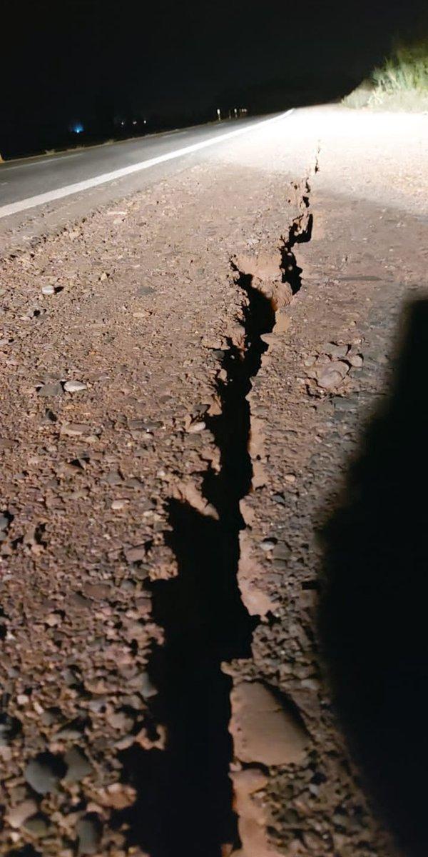 Terremoto de magnitude 6,4 atingiu a Argentina ontem um pouco antes da meia noite.   Foi sentido em Mendoza, Córdoba, Santa Fé, La Rioja e Buenos Aires.   Olha o rasgo que fez nesta rodovia. https://t.co/xDTrdNNnt2
