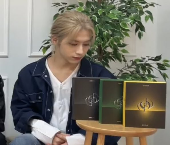 """To Moons: """"I'm broke! I have no money!""""  Also To Moons after buying all 3 versions of Devil:   #원어스_데빌_그누구도_반박불가 #ONEUS_DEVIL_NoDiggity @official_ONEUS #ONEUS #원어스"""