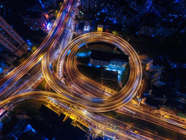🚗Los coches y las carreteras conectadas ayudarán a reducir los accidentes y los atascos  Descubre cómo👉