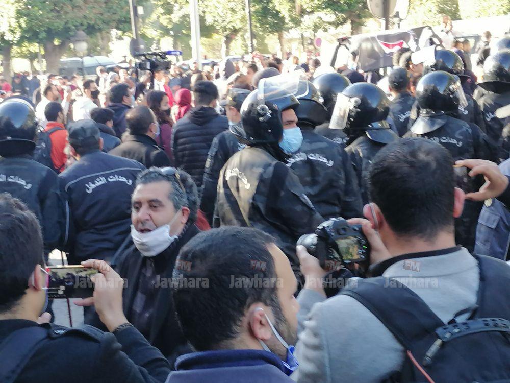 تفريق مسيرة في شارع الحبيب بورقيبة بالعاصمة