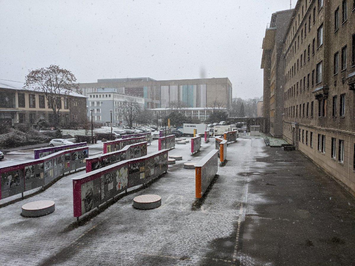 #heute Schneefall in der #Stasi-Zentrale #CampusfürDemokratie. Übrigens: Die Open-Air-Ausstellung Revolution und Mauerfall der @RobertHavemann ist rund um die Uhr geöffnet. #Coronaspaziergänge https://t.co/4WkKo0MLeK